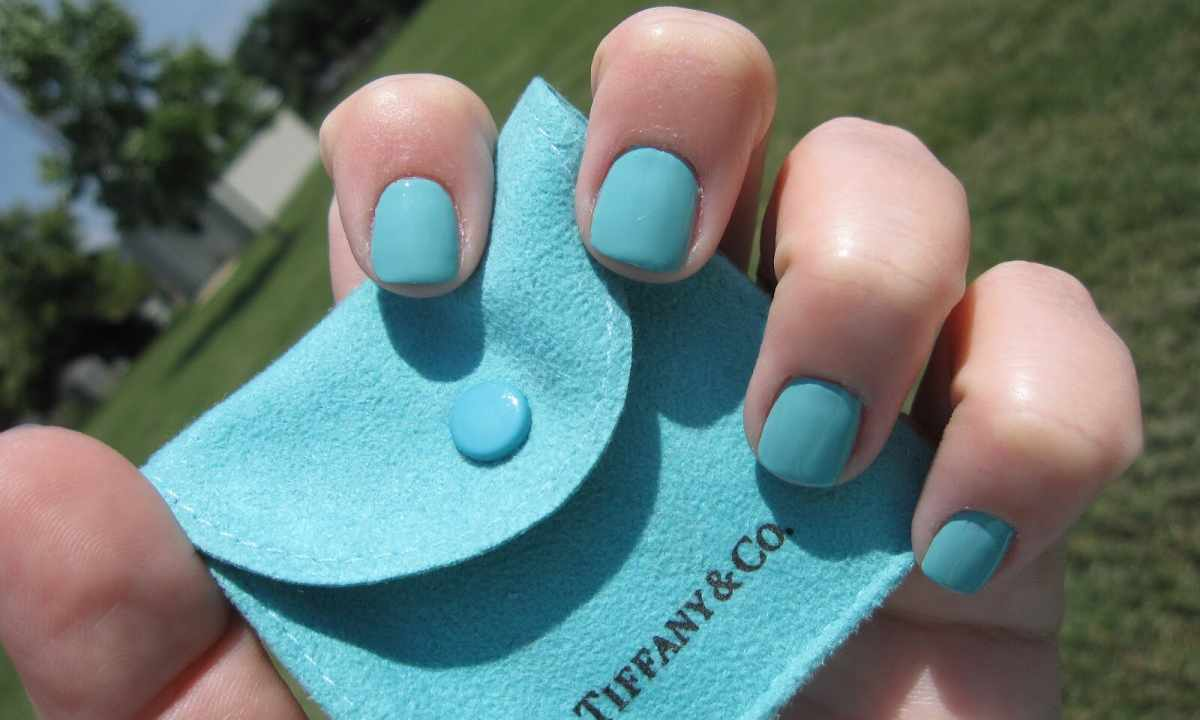 How to diversify turquoise manicure